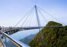 (جسر يصل بين جبال ماليزيا (لنكاوي